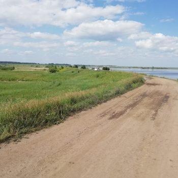 Гребень грунтовой плотины гидроузла Соколовского водохранилища